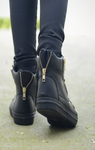 Glam-sneaker-black-The-Musthaves
